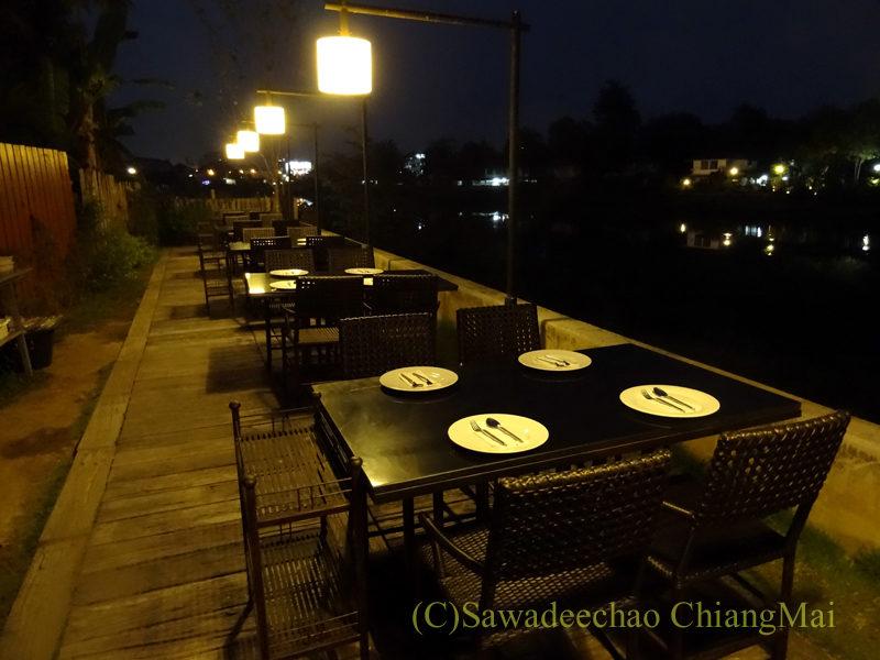 チェンマイのピン川沿いにあるレストラン、ラックターナム