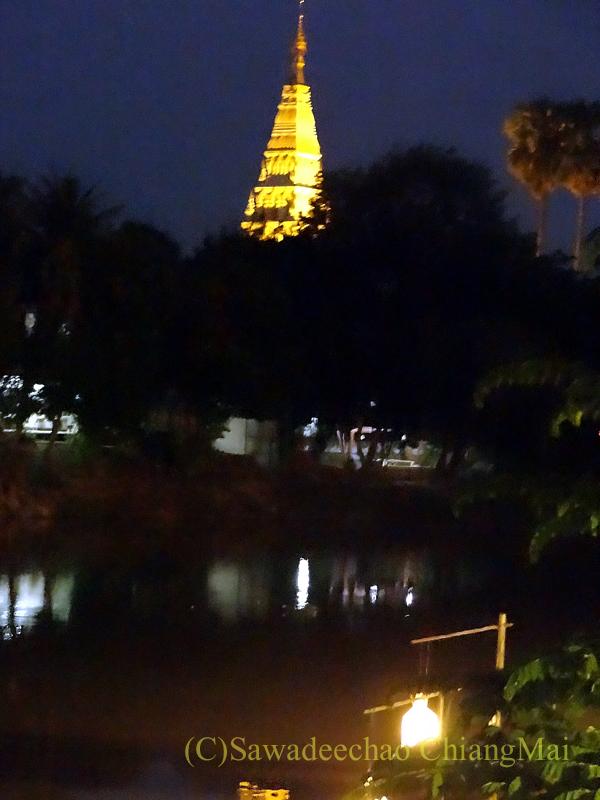 チェンマイのピン川沿いにあるレストラン、ラックターナムの席から見た仏塔