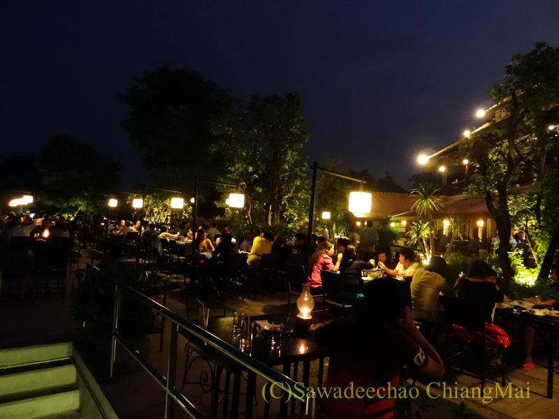 チェンマイのピン川沿いにあるレストラン、ラックターナムの川沿いの席