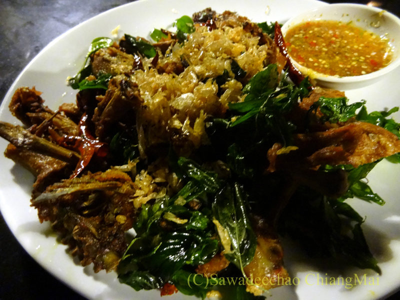 チェンマイのピン川沿いにあるレストラン、ラックターナムの地鶏のハーブ揚げ