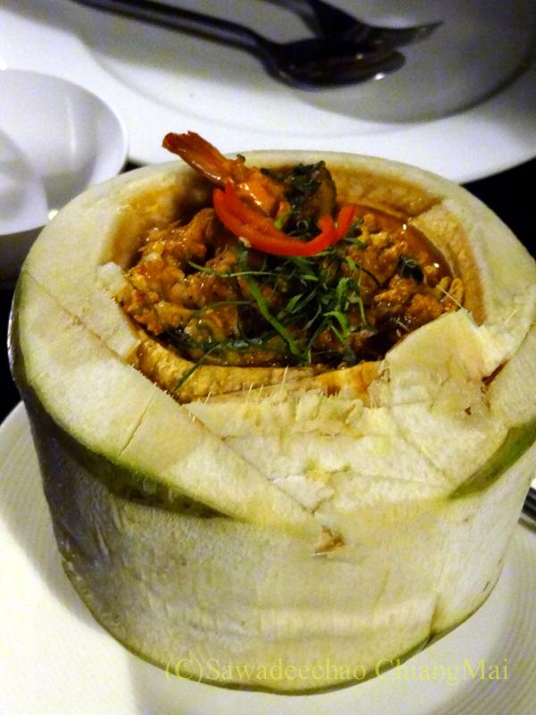 チェンマイのピン川沿いにあるレストラン、ラックターナムのトムヤムクン