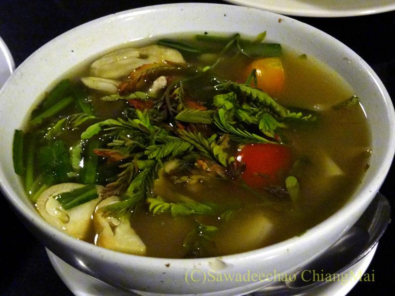 チェンマイのピン川沿いにあるレストラン、ラックターナムのゲーンリアン