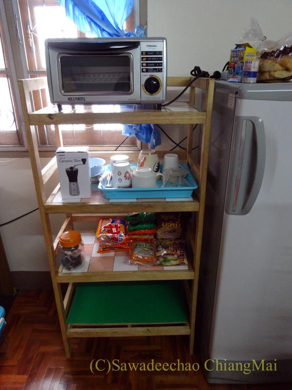 チェンマイ市内中心部にあるローカルな家具屋で購入したオーブントースターと置台