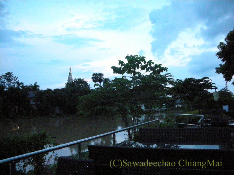 チェンマイのピン川沿いにあるレストラン、ラックターナムの席からの眺め