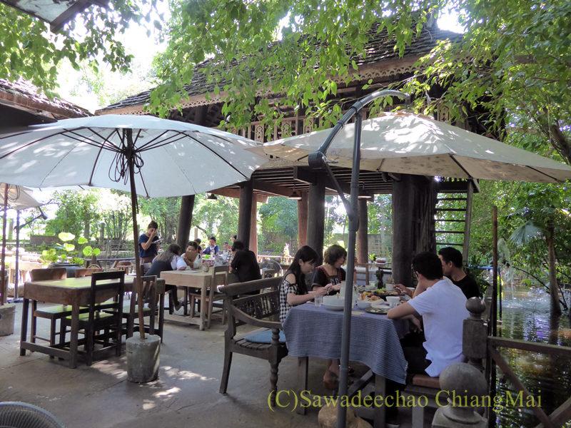 チェンマイの人気創作タイ料理レストラン、ミーナーライスベイストキュイジーヌのテーブル席