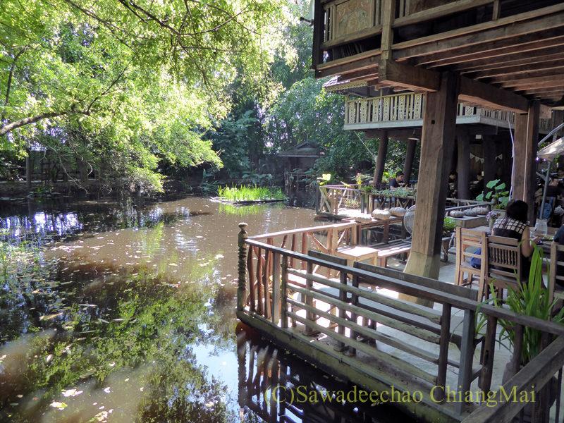 チェンマイの人気創作タイ料理レストラン、ミーナーライスベイストキュイジーヌの池沿いの席