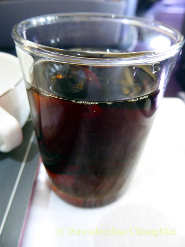 タイ国際航空TG111便のビジネスクラスで出た機内食のコーラ