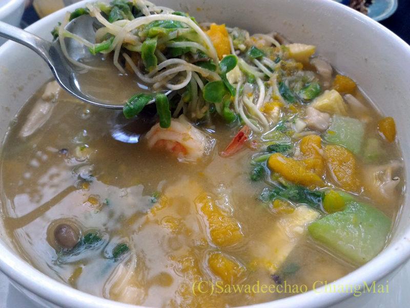 チェンマイの人気創作タイ料理レストラン、ミーナーライスベイストキュイジーヌのゲーンリエンヨートターンタワン