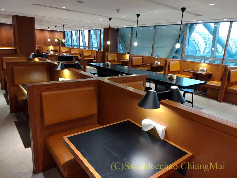 スワンナプーム空港キャセイパシフィック航空ラウンジの麺コーナーの席