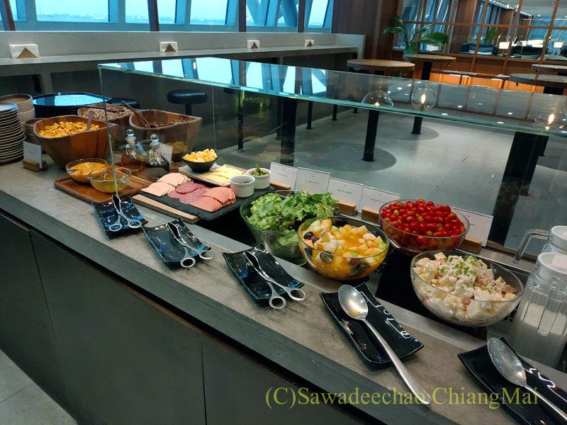 スワンナプーム空港キャセイパシフィック航空ラウンジのサラダコーナー