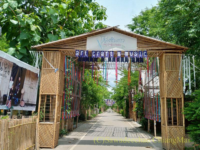 チェンマイの人気創作タイ料理レストラン、ミーナーライスベイストキュイジーヌの前の道路