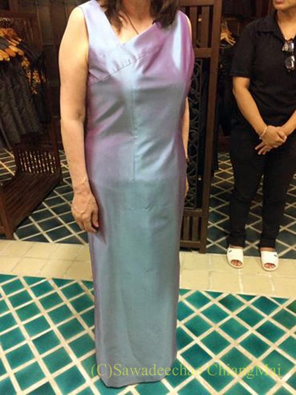 チェンマイにあるタイシルクの店シナワトラタイシルクのロングドレス