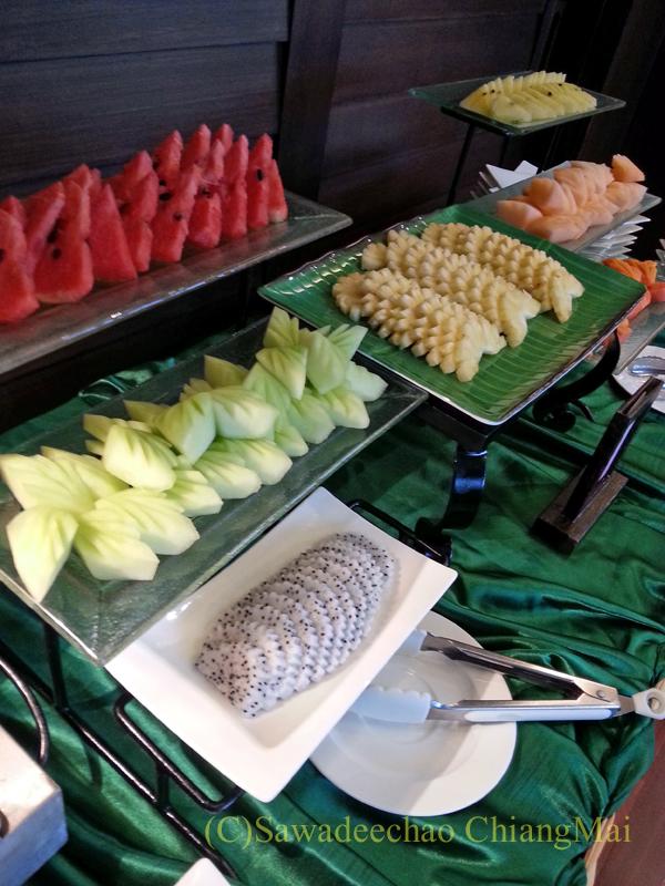 タイのピサヌロークにあるヨディアヘリテージホテルの朝食のフルーツ