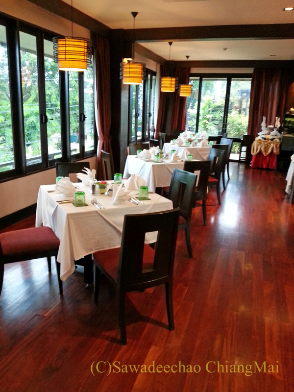 タイのピサヌロークにあるヨディアヘリテージホテルのレストランの2階席
