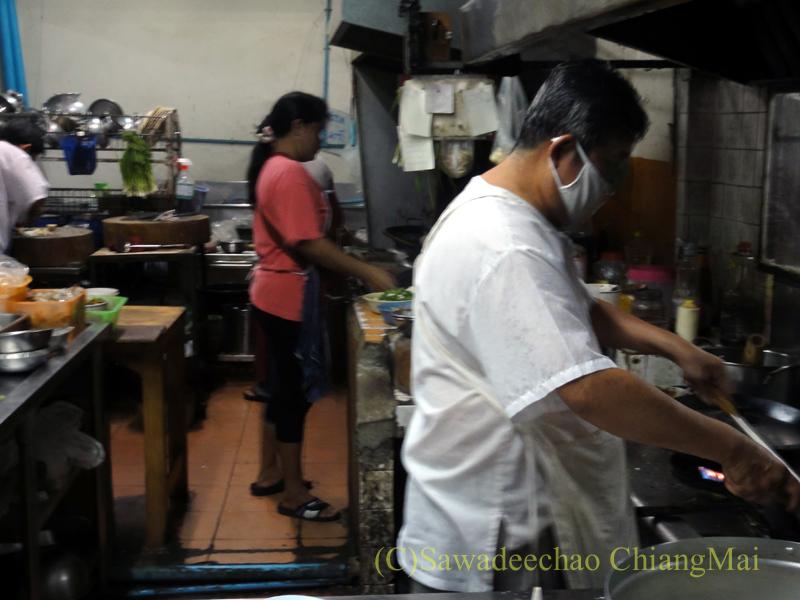 チェンマイの海鮮中華料理レストラン、ルートロットのキッチン
