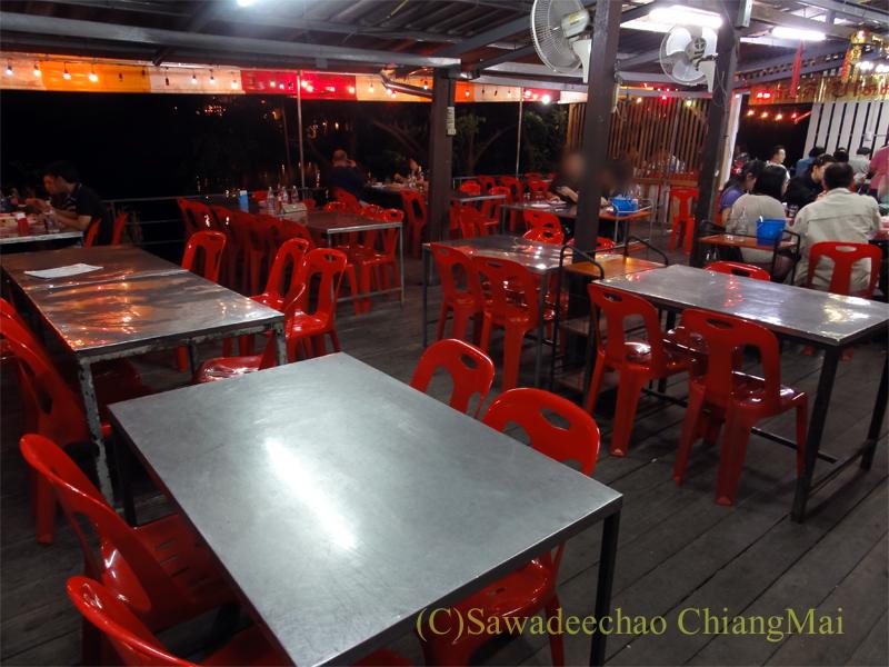 チェンマイの海鮮中華料理レストラン、ルートロットの客席