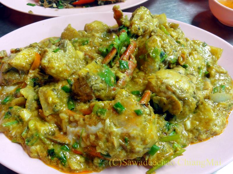 チェンマイの海鮮中華料理レストラン、ルートロットのプーパットポンカリー