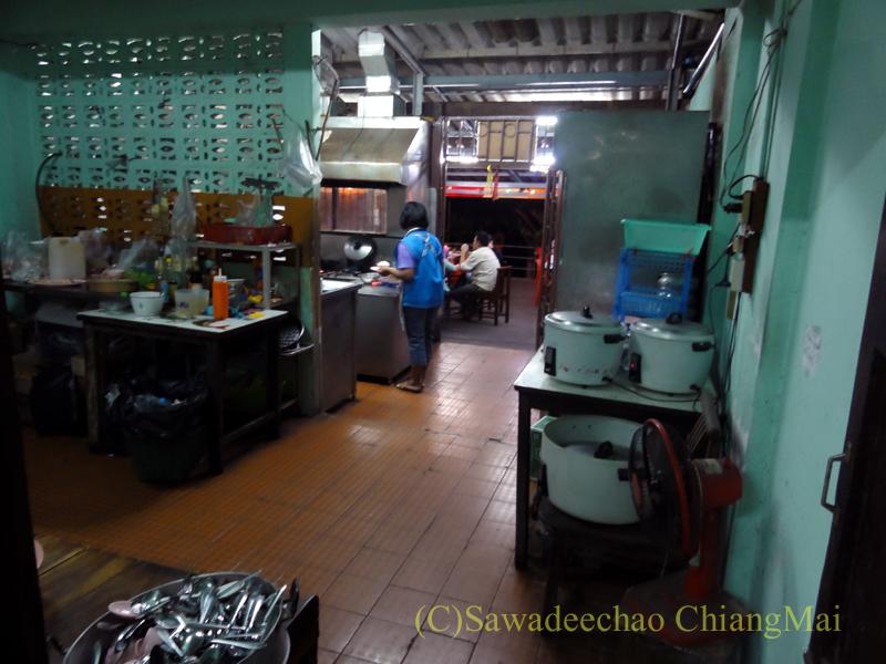チェンマイの海鮮中華料理レストラン、ルートロットのキッチン手前