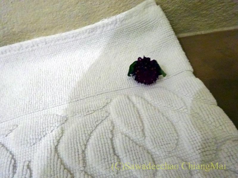 チェンマイの高級ブティックホテル、ヤーンカムビレッジの足ふきマットの上の花
