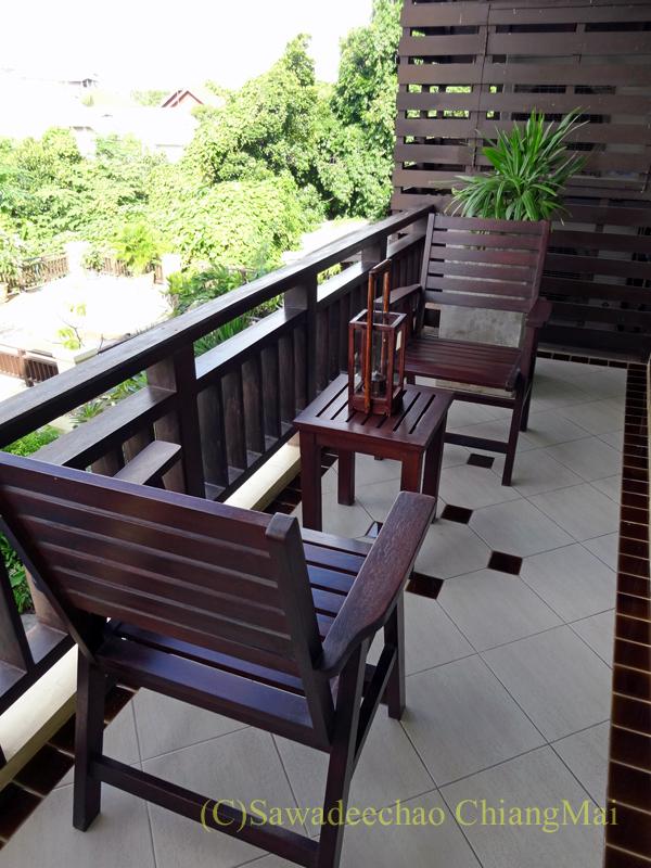 タイのピサヌロークにあるヨディアヘリテージホテルのベランダ