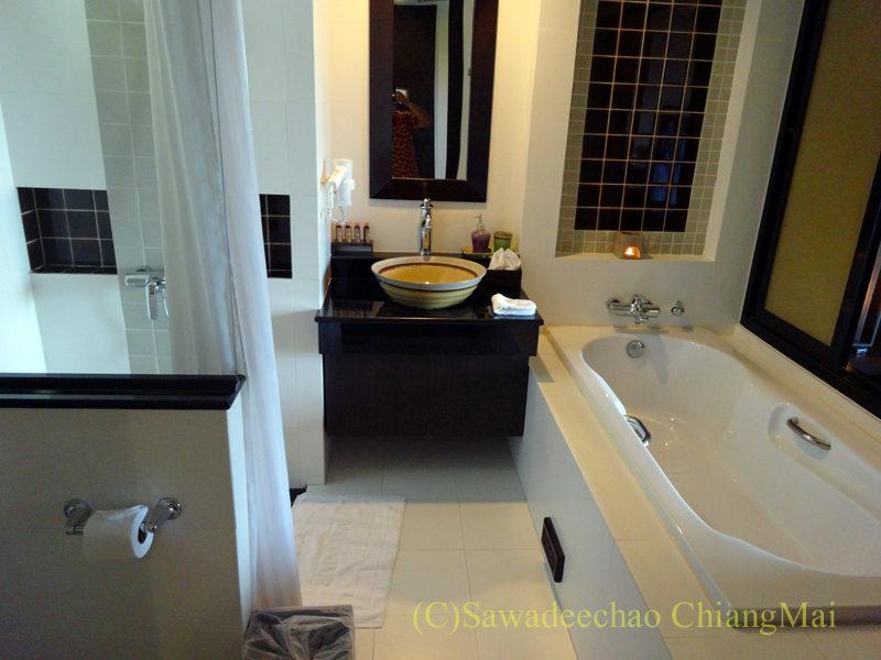 タイのピサヌロークにあるヨディアヘリテージホテルのバスルーム概観