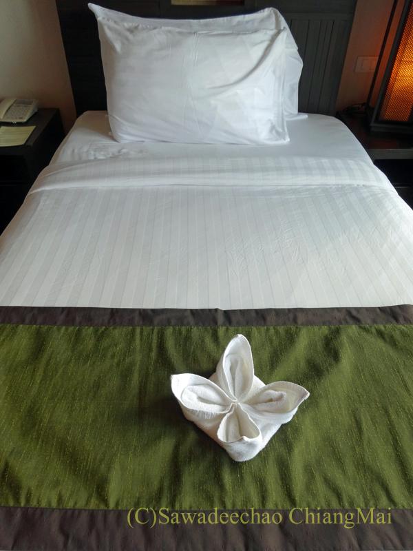 タイのピサヌロークにあるヨディアヘリテージホテルのベッド