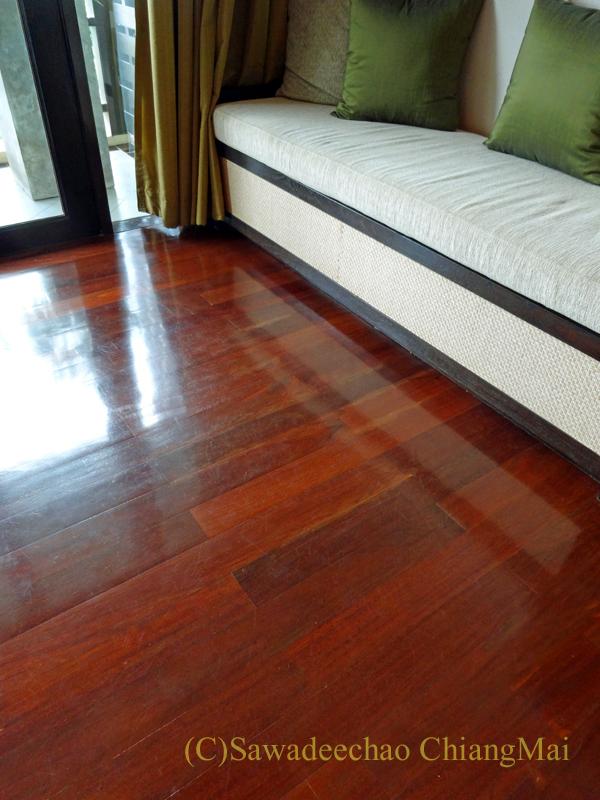 タイのピサヌロークにあるヨディアヘリテージホテルの木の床