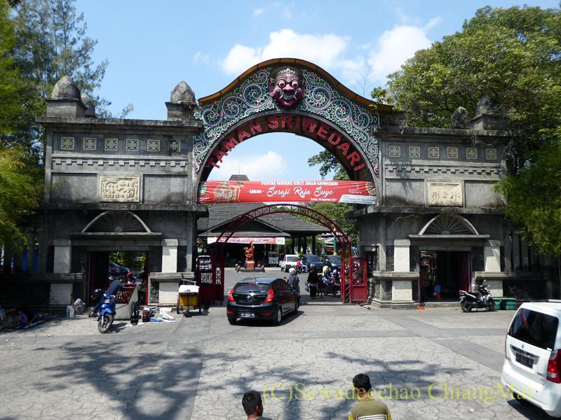 インドネシア、ソロ(スラカルタ)のラジャプスタカ博物館のある公園の入口