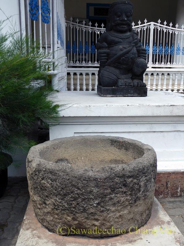 インドネシア、ソロ(スラカルタ)のラジャプスタカ博物館の石臼