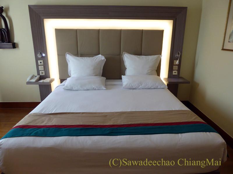 インドネシアのソロ(スラカルタ)のホテル、ノボテルソロのベッド
