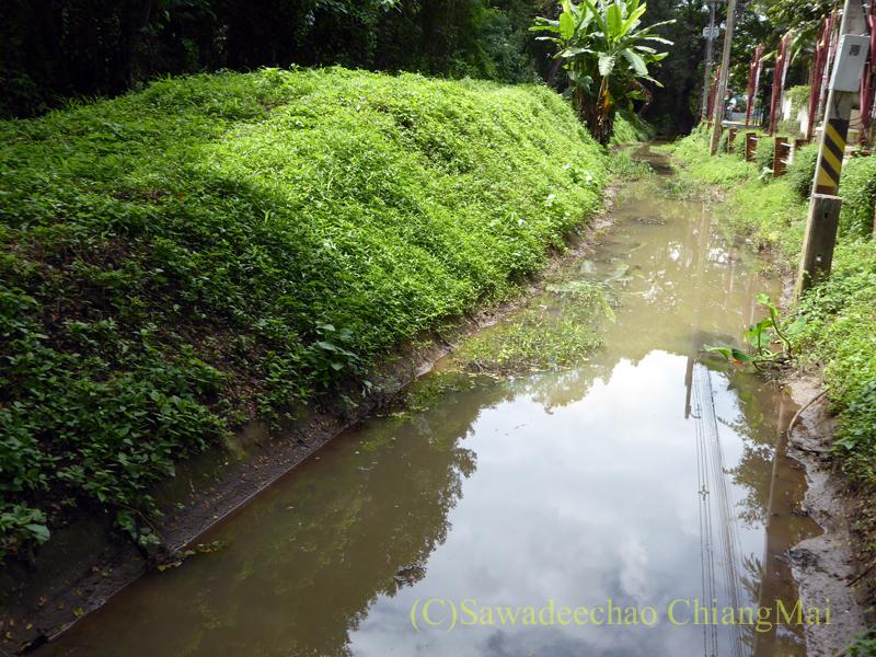 チェンマイのウィアンクム・カーム遺跡のお濠と城壁跡