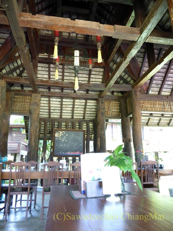 チェンマイの遺跡レストラン、ローンカーオラムの東屋内