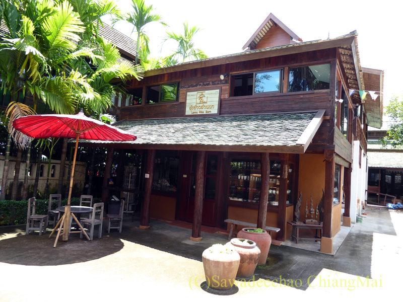チェンマイの遺跡レストラン、ローンカーオラムの土産物店
