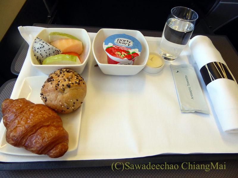 キャセイパシフィック航空CX700便ビジネスクラスで出た機内食の前菜全景