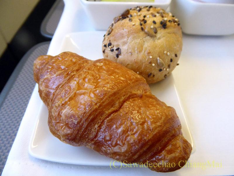 キャセイパシフィック航空CX700便ビジネスクラスで出た機内食のパン