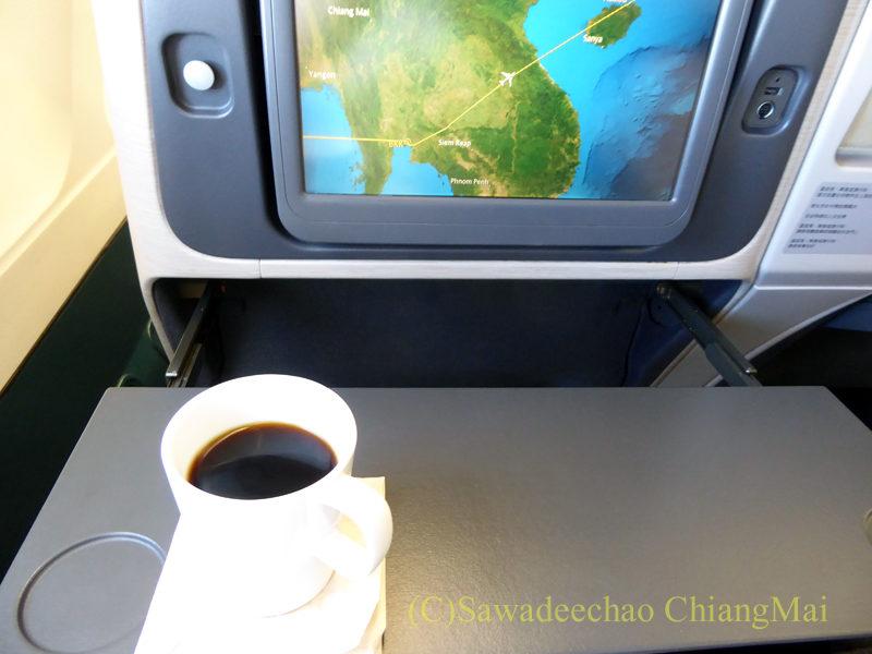 キャセイパシフィック航空CX700便ビジネスクラスで出た機内食のコーヒーのおかわり