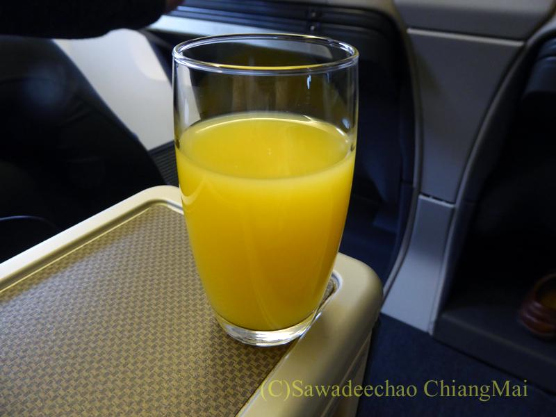 キャセイパシフィック航空CX500便ビジネスクラスで出たオレンジジュース
