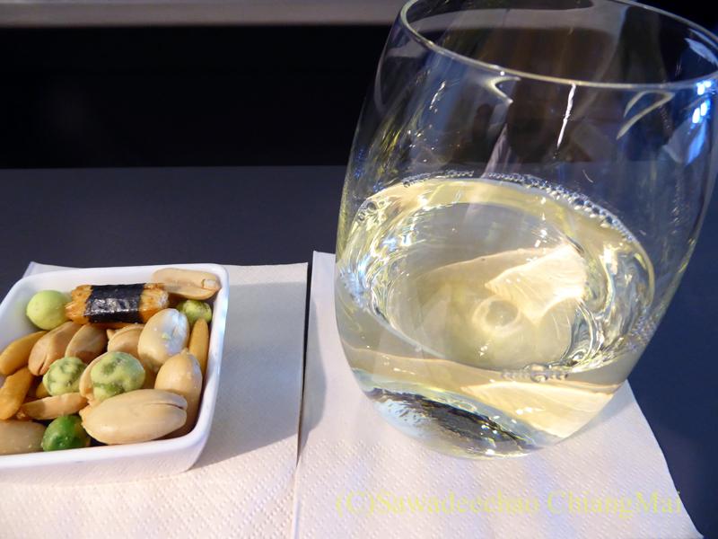 キャセイパシフィック航空CX500便ビジネスクラスで出た白ワインとおつまみ