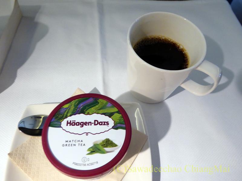 キャセイパシフィック航空CX500便ビジネスクラスで出たコーヒーとアイスクリーム