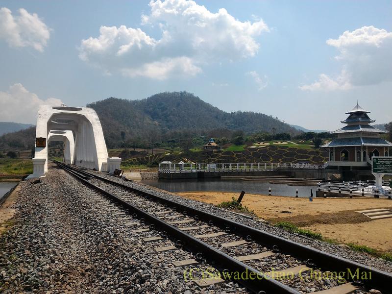 タイ国鉄の線路から見たホワイトブリッジ