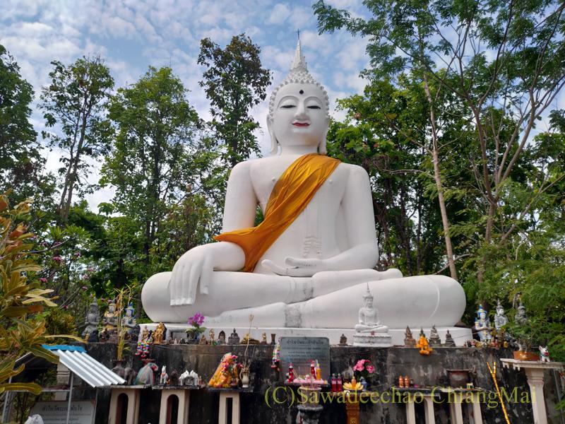 チェンマイ盆地を形成生する東側の山の稜線上に建つ仏像