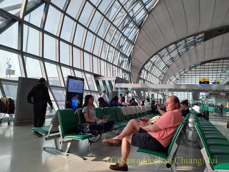 バンコク・スワンナプーム空港の搭乗口前