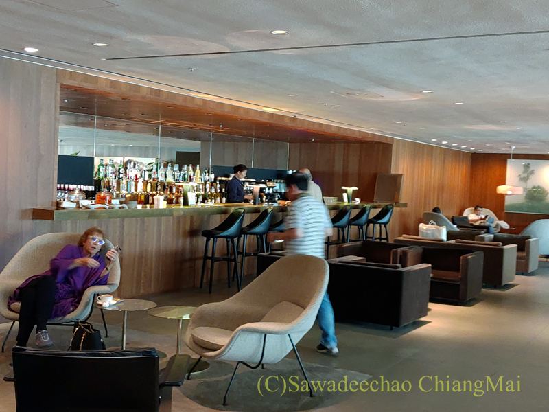 香港空港キャセイパシフィック航空The Pierラウンジのバーエリア