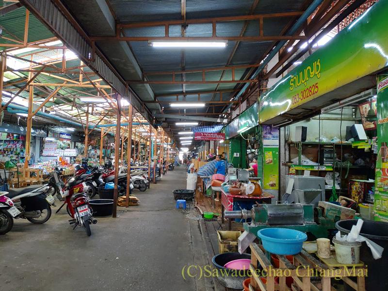 チェンマイ市内東部にあるサンパコーイ市場の路地