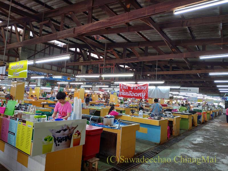 チェンマイ市内東部にあるサンパコーイ市場の内部中心