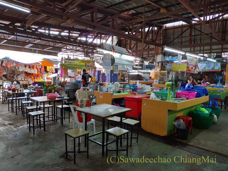 チェンマイ市内東部にあるサンパコーイ市場の安食堂