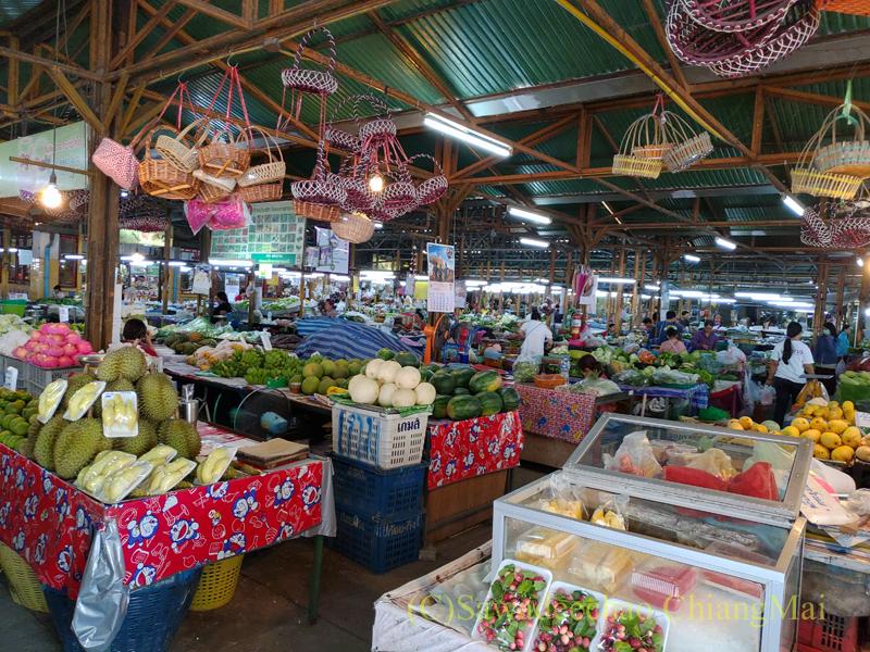 チェンマイ市内東部にあるサンパコーイ市場の露店