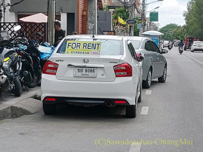 チェンマイ市内の路上のレンタカー屋