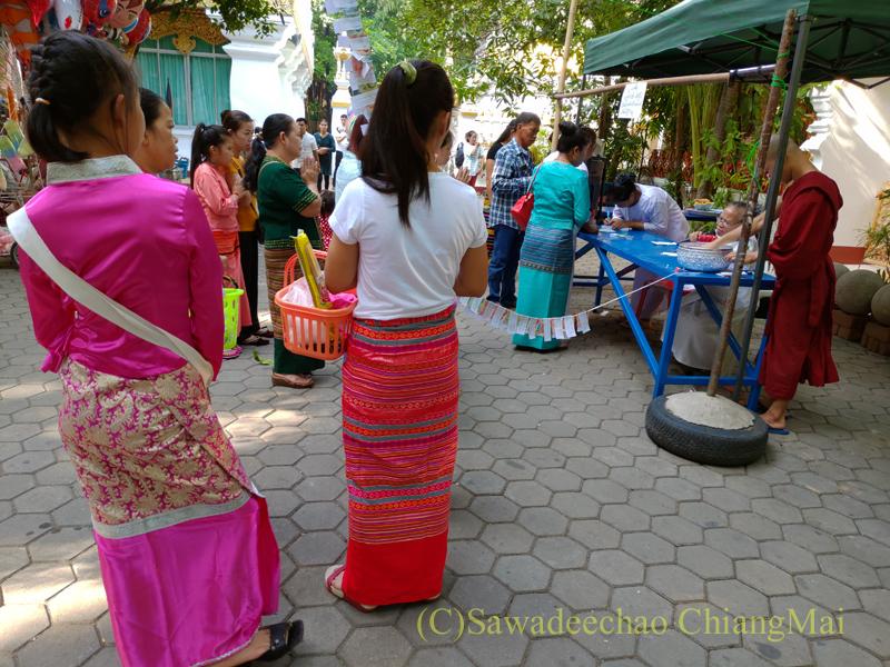 アーサーラハブーチャ(三宝節)のチェンマイの女性2人