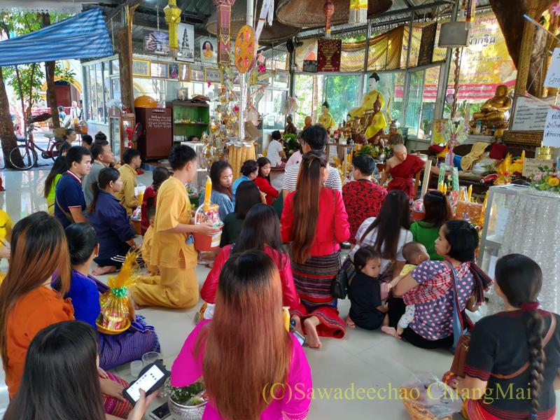 アーサーラハブーチャ(三宝節)のチェンマイのワットクータオでのタムブン
